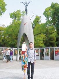 広島にて職員から託された鶴を手に